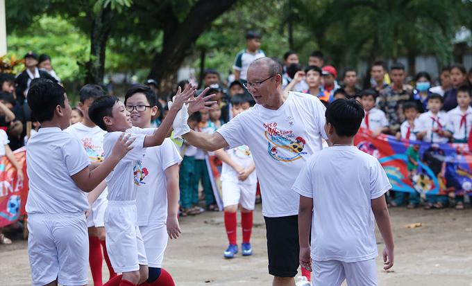 HLV Park Hang-seo bị bủa vây khi làm từ thiện ở Bình Định