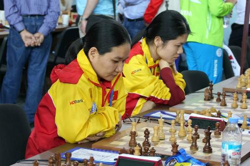 Bảo Trâm (trái) lỡ cơ hội đưa nữ Việt Nam vào top 10. Ảnh: Paul Truong.