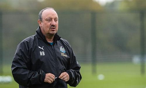 Rafa Benitez mất một số tiền lớn cho lời khen trọng tài. Ảnh: Reuters