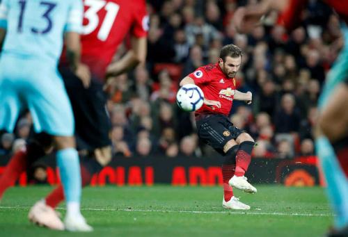 Mata mở màn cho cuộc lội ngược dòng với cú đá phạt từ sát vòng 16m50. Ảnh: PA.