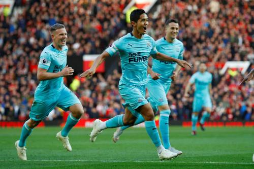 Newcastle gây sốc khi Muto ghi bàn thứ hai chỉ sau 10 phút. Ảnh: Reuters.