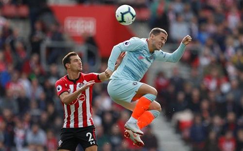 Cedric Suares không thể kiềm tỏa tầm hoạt động của Hazard bên cánh trái. Ảnh: Reuters.