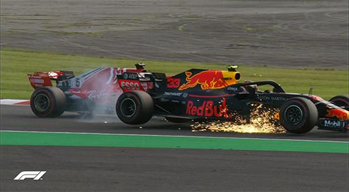 Tình huống va chạm với Verstappen (Red Bull) càng khiến Vettel gặp khó khăn tại Suzuka.