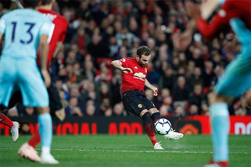 Mata được bầu làm cầu thủ hay nhất trận Man Utd thắng 3-2. Trong ảnh là tình huống anh đá phạt thành bàn, rút ngắn tỷ số còn 1-2, mở ra màn ngược dòng cho Quỷ Đỏ. Ảnh: Squawka.