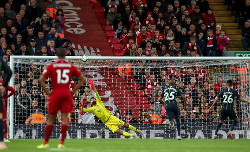 Mahrez đá bóng vọt xà khi Man City hưởng phạt đền vào cuối trận. Ảnh: AFP.