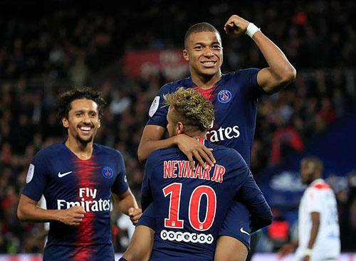 Neymar chúc mừng Mbappe sau khi hoàn thành cú poker vào lưới Lyon. Ảnh: Reuters.