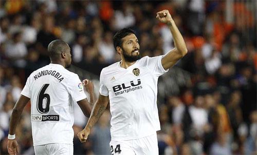 Garay bất ngờ có bàn mở tỷ số cho đội chủ nhà. Ảnh: Reuters