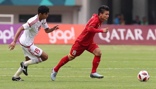 Quang Hải (áo đỏ) trong trận tranh HC đồng Asiad 2018 với UAE. Ảnh: Đức Đồng.
