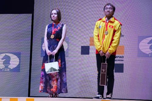 Trường Sơn nhận HC vàng nhà vô địch bàn hai bảng nữ Mariya Muzychuk. Ảnh: Maria Emelianova.