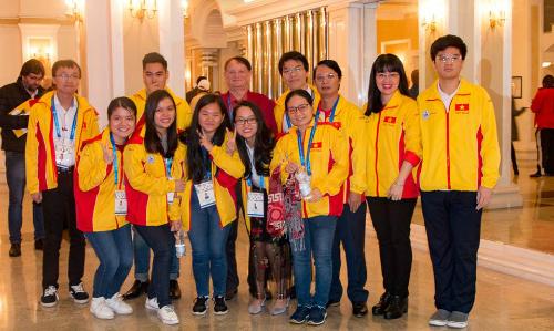 Tinh thần đồng đội được thể hiện rõ trong thành tích ngoài mong đợi của đội cờ vua Việt Nam. Ảnh: Lâm Minh Châu.