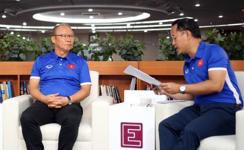 HLV Park Hang-seo và trợ lý Lê Huy Khoa trong buổi giao lưu trực tuyến với độc giả VnExpress ngày 3/9. Ảnh: Đức Đồng