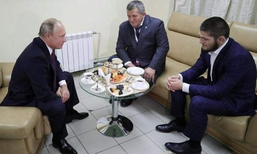 Hai cha con Khabib trong buổi gặp tổng thống Putin hôm 10/10. Ảnh: Reuters.