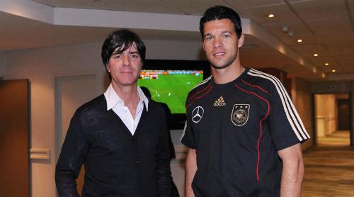 HLV Joachim Low và Ballack khi còn làm việc chung tại tuyển Đức. Ảnh: DBF.