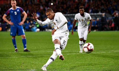 Mbappe thực hiện thành công quả phạt đền gỡ hòa 2-2. Ảnh: AFP,