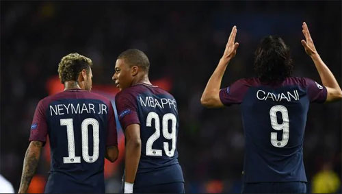 Neymar và Mbappe tỏ ra thân thiết hơn so với Cavani. Ảnh:AFP.
