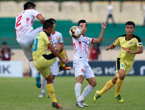 Hà Nội B (vàng) và Nam Định đã tạo ra một trận đấu kịch tính, nhưng không có bàn thắng nào được ghi sau hai hiệp đấu chính thức. Ảnh: Quang Minh.