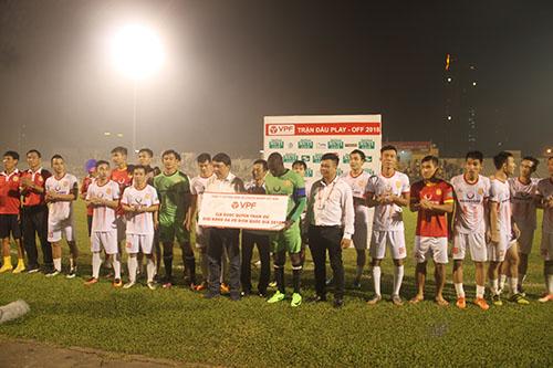 Nam Định nhận giải thưởng khi trụ hạng thành công. Ảnh: Đức Hùng