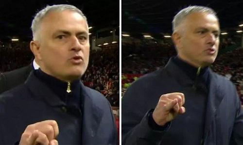 Mourinho giơ ngón tay về phía camera và có vẻ đã văng tục. Ảnh: BT Sport.