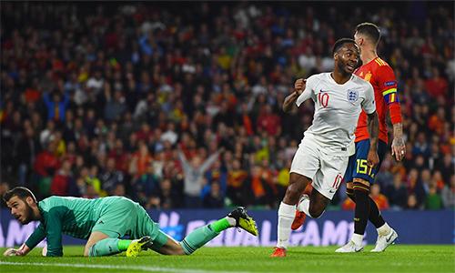 Sterling (áo trắng) giúp Anh giải cơn khát bàn thắng trên sân Tây Ban Nha kéo dài suốt 31 năm.