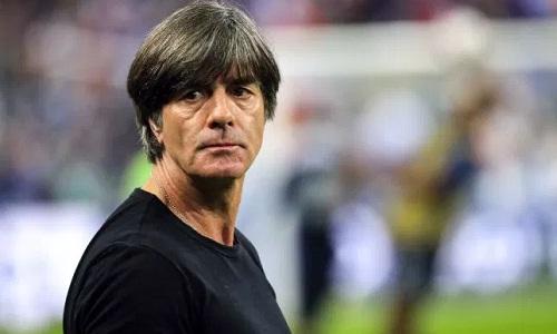 Low không hài lòng về quyết định thổi phạt đền vào cuối trận của trọng tài. Ảnh: Reuters.