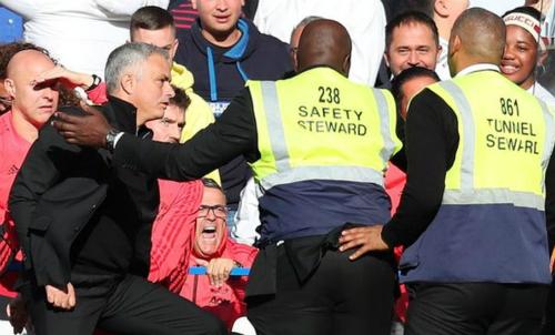 ... Mourinho định lao đến để ăn thua đủ. Ảnh: AFP.