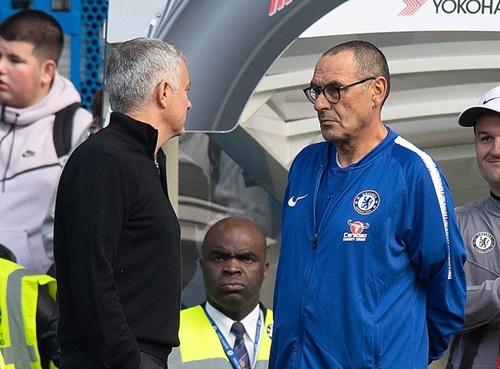 Sarri (phải) luôn tỏ ra khiêm tốn khi đối đầu với những đội bóng mạnh ở Ngoại hạng Anh. Ảnh: PA.