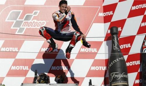 Tay đua người Tây Ban Nha phấn khích trên bục podium. Ảnh:EPA.
