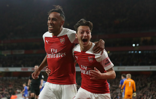 Nhờ các pha làm bàn của Aubameyang (trái) và Ozil, Arsenal có chiến thắng thứ 10 liên tiếp trên mọi mặt trận.