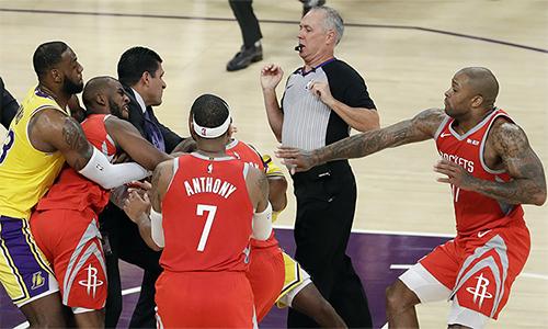 Vụ ẩu đả tại nhà thi đấu Staples Center. Ảnh: AP.