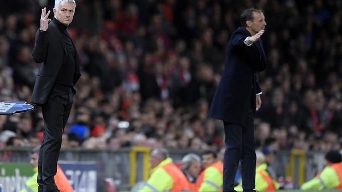 Mourinho giơ ba ngón tay đáp trả chế giễu của CĐV Juventus