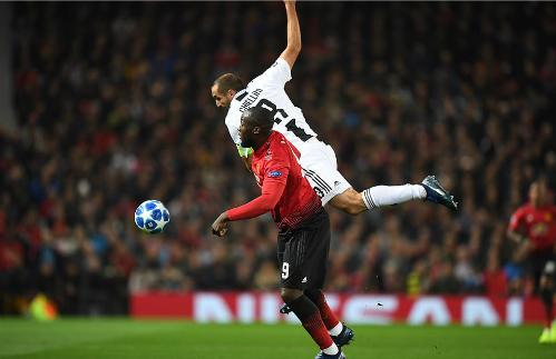 Lukaku im tiếng trước sự theo kèm của Chiellini và hậu vệ Juventus. Ảnh:DM.