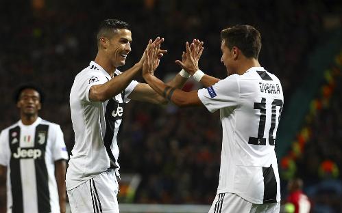 Dybala chia vui với Ronaldo sau bàn mở tỷ số. Ảnh: AP.