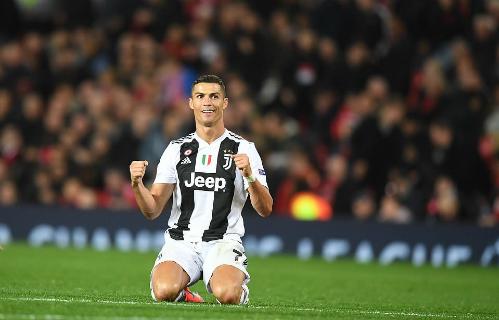 Ronaldo ngồi xuống sân mừng chiến thắng sau khi trọng tài thổi còi hết giờ. Ảnh: DM.