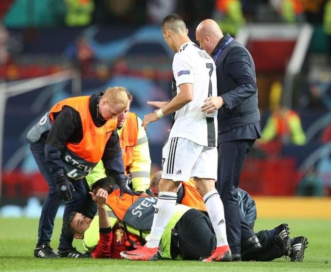 Ronaldo chụp ảnh cùng CĐV quá khích của Man Utd
