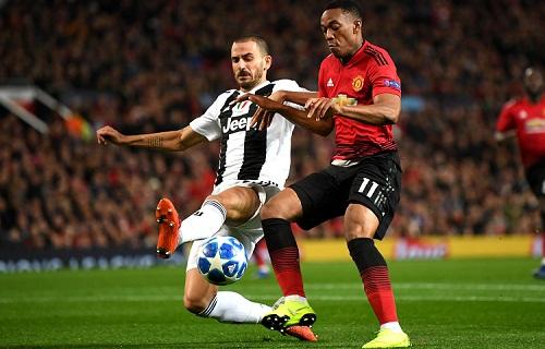 Bonucci và hàng thủ Juventus thi đấu xuất sắc trên sân của Man Utd. Ảnh: AFP.