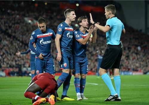 Cầu thủ đội khách phản ứng sau khi trọng tài thổi phạt đền đầu hiệp hai. Ảnh:Reuters.