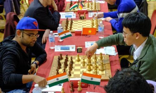 Quang Liêm (phải) tiếp tục gặp dớp Ấn Độ khi thua Gupta ở ván bốn. Ảnh: John Saunders.