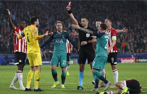 Tottenham vẫn tỏ ra khôn nhà, dại chợ khi Lloris có pha phạm lỗi nguy hiểm không đáng có. Ảnh: Reuters.