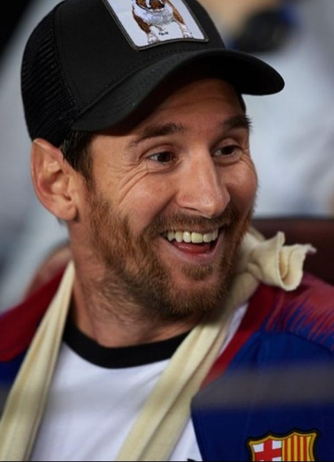Messi bật cười với pha ngăn cản của Brozovic.
