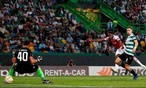 Cú dứt điểm quyết đoán thành bàn của Welbeck, sau khi tận dụng sai lầm của trung vệ Coates (số 4).