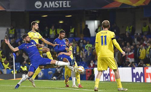 Tiền vệ người Anh tiếp tục là người chạm bóng cuối cùng trong tình huống phạt góc, dẫn tới bàn thứ hai. Ảnh: DM.