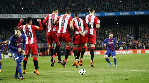 Messi từng ghi không ít bàn từ những cú sút phạt trực tiếp khiến bóng đi chìm phía dưới hàng rào.