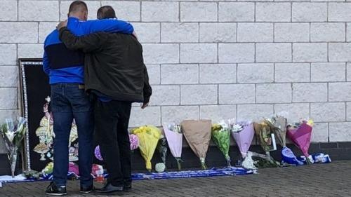 CĐV Leicester đặt hoa bên ngoài sân vận động, cầu mong phép màu xảy ra với các nạn nhân.