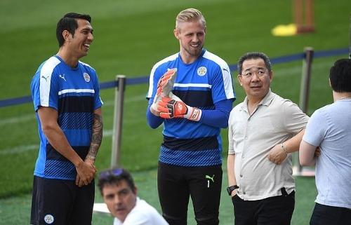 Ông Vichai bên cạnh các cầu thủ trên sân tập. Ảnh: AFP.