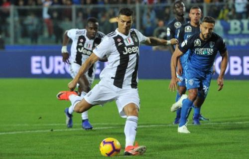 Ronaldo gỡ hòa cho Juventus trên chấm phạt đền. Ảnh: Reuters.