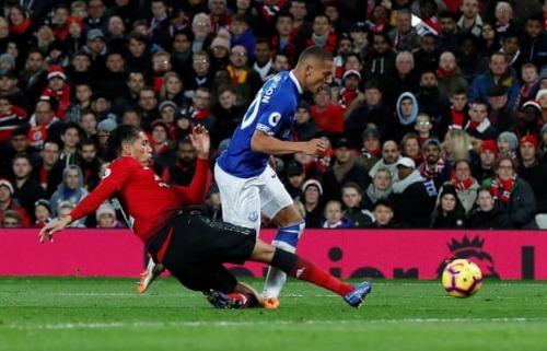 Pha truy cản của Smalling dẫn tới quả phạt đền cho Everton. Ảnh: Reuters.