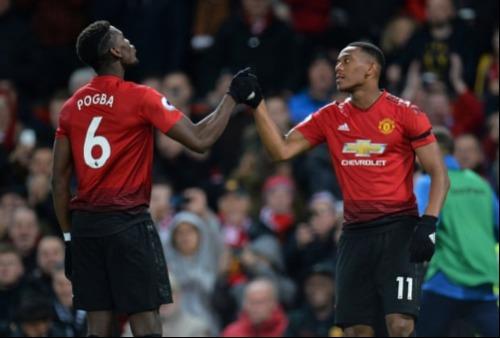 Martial chia vui với Pogba sau bàn thắng nâng tỷ số lên 2-0. Ảnh: Reuters.