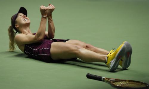 Khoảnh khắc hạnh phúc của Svitolina khi đăng quang lần đầu tại WTA Finals. Ảnh: AP.