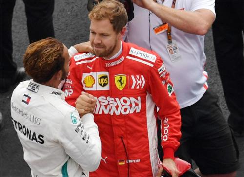 Vettel chúc mừng Hamilton sau khi khép lại chặng đua ở Mexico.