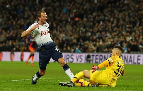 Harry Kane có cơ hội đối mặt thủ môn Ederson trong hiệp một nhưng pha đẩy bóng dài khiến tiền đạo Tottenham không thể dứt điểm. Ảnh: AFP.